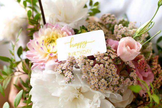 Bukiet kwiatów z notatką urodzinową