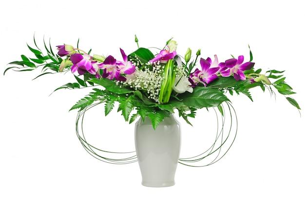 Bukiet kwiatów z orchidei w wazonie na białym tle
