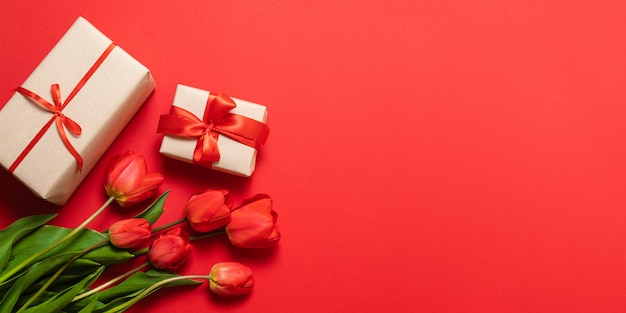 Bukiet kwiatów z pudełkami prezentowymi z niespodzianką w kolorze czerwonym