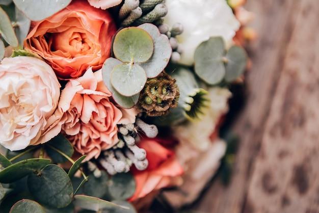 Bukiet kwiatów z różami, piwoniami, goździkami. delikatny bukiet w różowych kolorach. liście eukaliptusa.