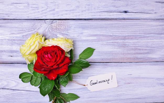 Bukiet kwitnących róż z papierową etykietką