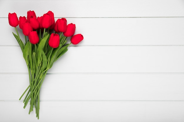 Bukiet leżał czerwone tulipany z płaskim miejsce