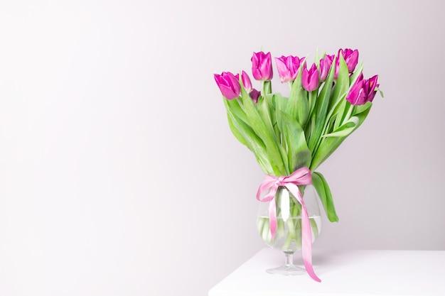 Bukiet liliowych tulipanów w wazonie bukiet tulipanów kwiaty w wazonie kartka z życzeniami