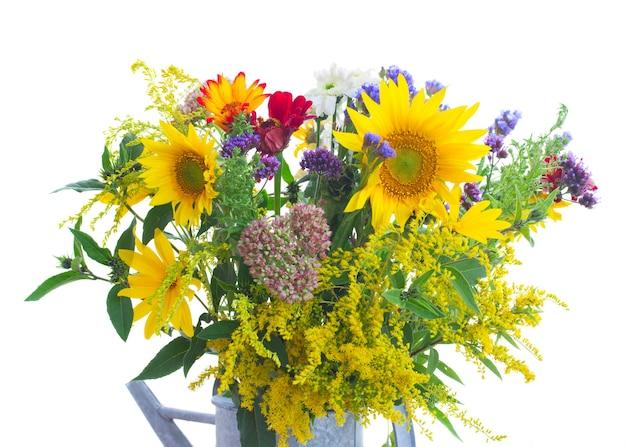 Bukiet mieszanych jesiennych kwiatów z bliska na białym tle