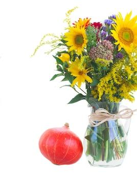 Bukiet mieszanych jesiennych kwiatów z dynią na białym tle