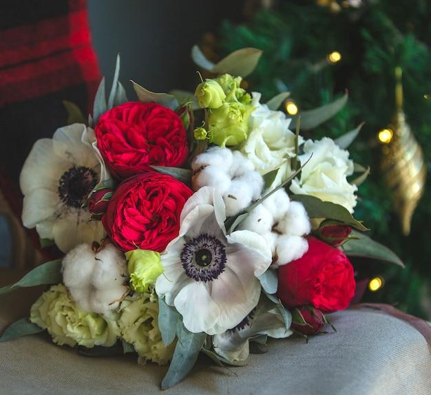 Bukiet mieszanych kwiatów na meblach.