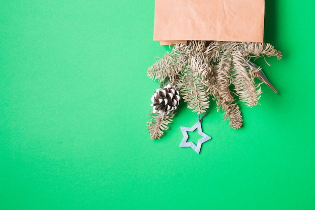 Bukiet ozdobiony szyszkami i zabawkami świątecznymi, zielone tło kopii przestrzeni