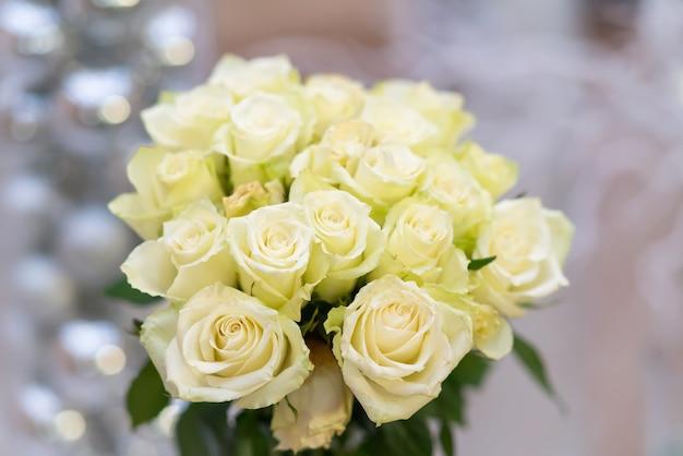 Bukiet pachnących, świeżych białych róż