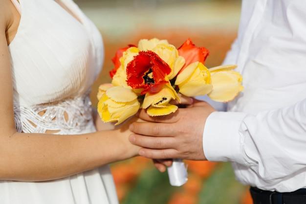 Bukiet panny młodej z bardzo pięknych naturalnych kwiatów