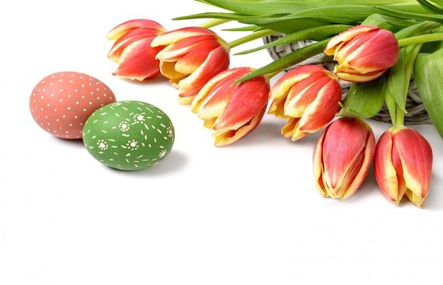 Bukiet pasiastych tulipanów i dwa pisanki