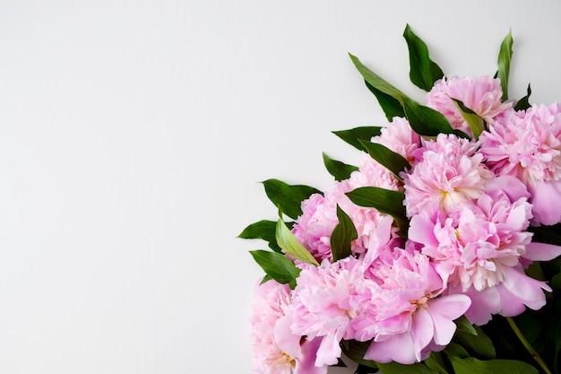 Bukiet pięknie ściętych pastelowych różowych piwonii