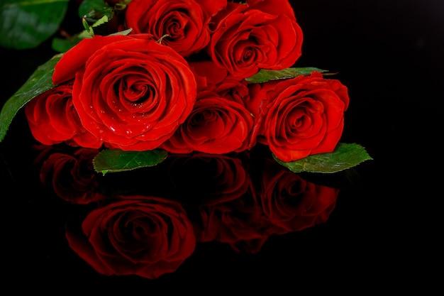 Bukiet pięknych czerwonych róż na białym tle. walentynki.