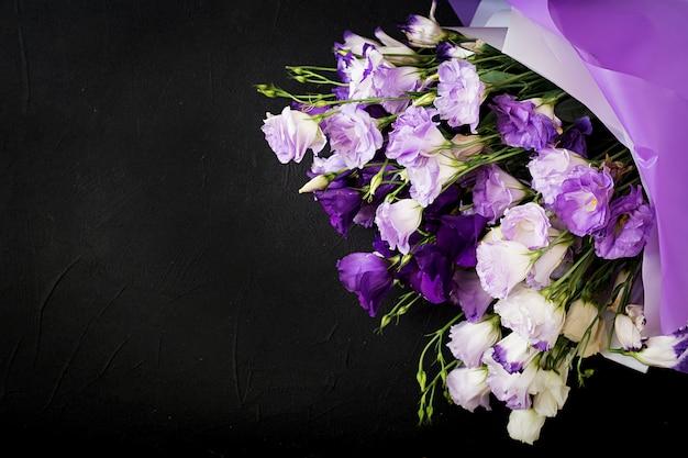 Bukiet pięknych kwiatów mieszanka eustomi białej, fioletowej i fioletowej.