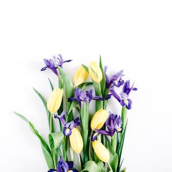 Bukiet pięknych kwiatów na białym tle. płaski świeckich, widok z góry. kompozycja kwiatowa