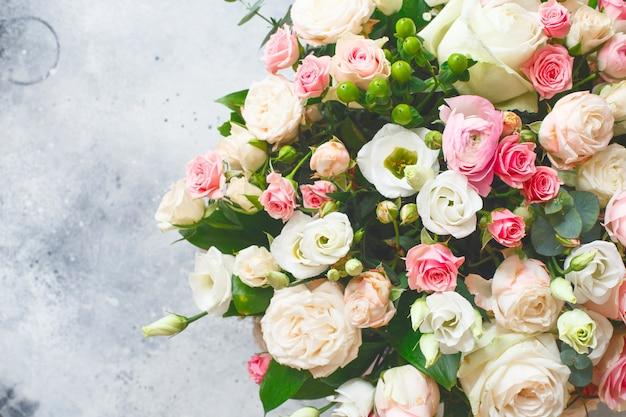 Bukiet pięknych kwiatów z piwoniami, różami i eustomami