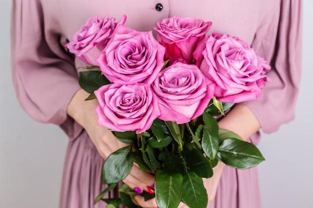 Bukiet pięknych róż w rękach kobiety