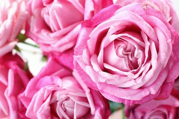 Bukiet pięknych świeżych róż
