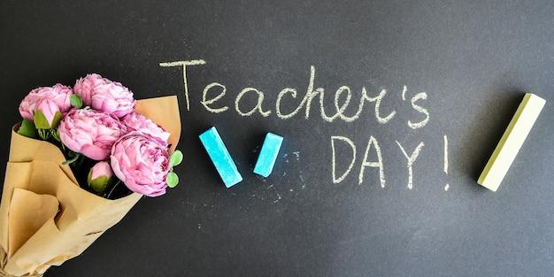 Bukiet piwonii i napis teacher day