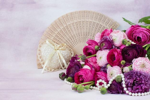 Bukiet ranunculuses, wachlarz, serce z koronkowych i perłowych koralików