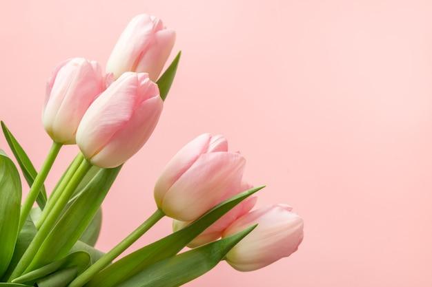 Bukiet romantycznych różowych tulipanów. karta z pozdrowieniami wiosna z miejsca na kopię.