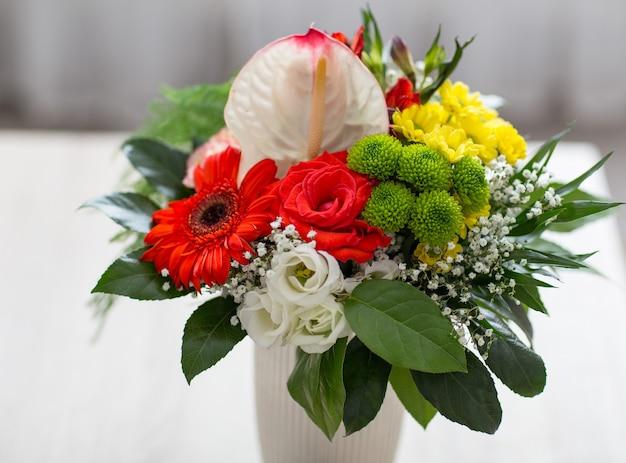 Bukiet róż i chryzantem z bliska