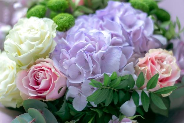 Bukiet róż i hortensji z bliska, nieostrość.