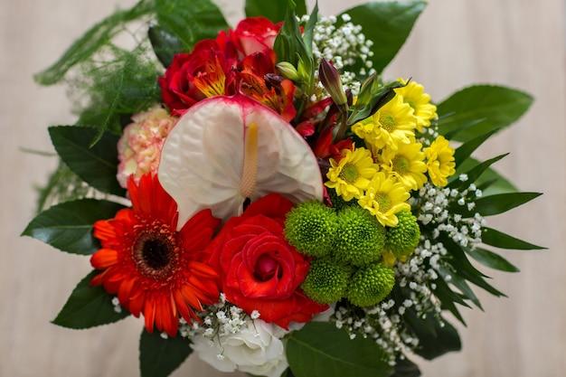 Bukiet róż i innych kwiatów z bliska