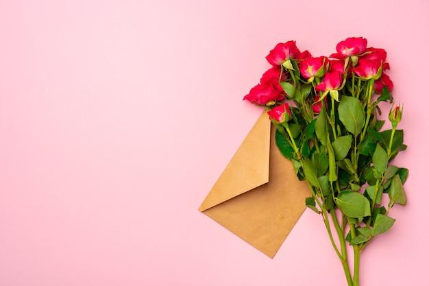 Bukiet róż i widok z góry koperty płasko leżał