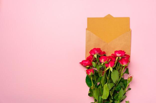 Bukiet róż i widok z góry koperty