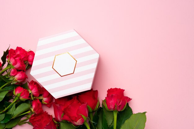 Bukiet róż i widok z góry pudełko na prezent