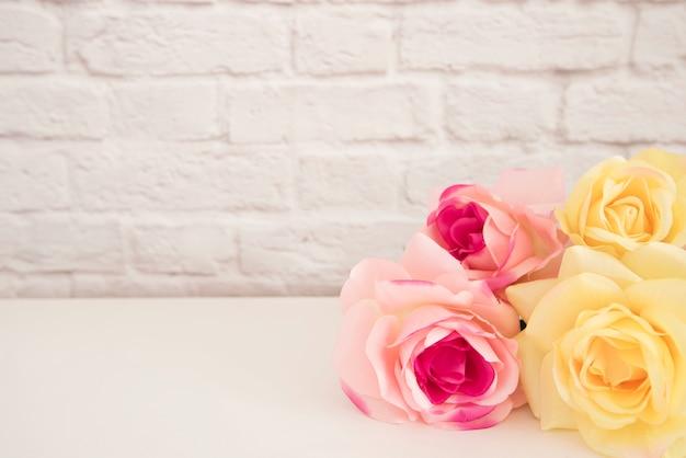 Bukiet róż na białym biurku