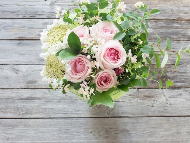 Bukiet róż na drewnianym stole