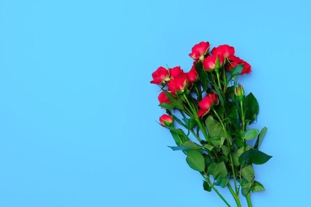 Bukiet róż na niebieskiej powierzchni widok z góry