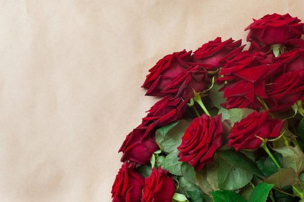 Bukiet róż na papierze rzemieślniczym