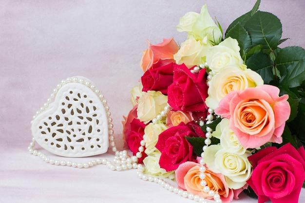 Bukiet róż wielobarwnych i ceramicznych maswerków serca, koraliki perłowe