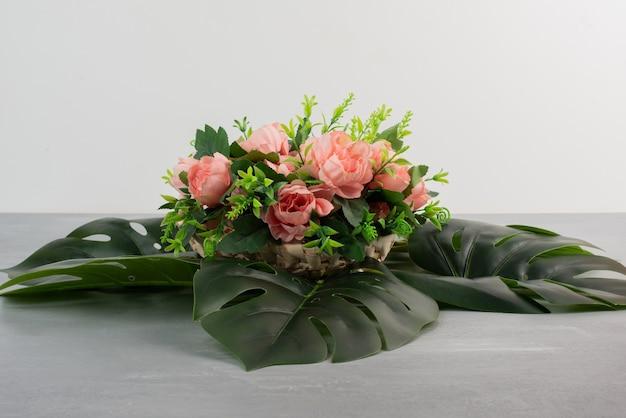 Bukiet róż z liśćmi na szarej powierzchni