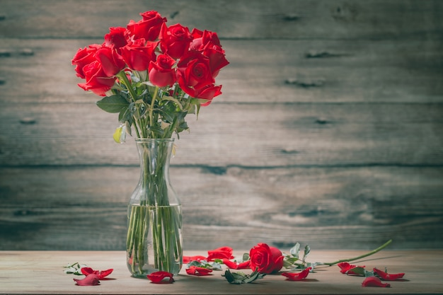 Bukiet róża i płatki w wazonie