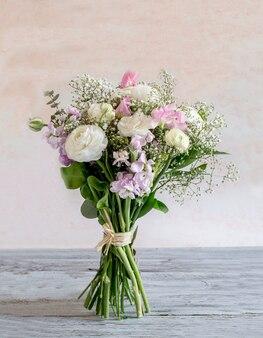 Bukiet różnorodnych kwiatów w różnych kolorach