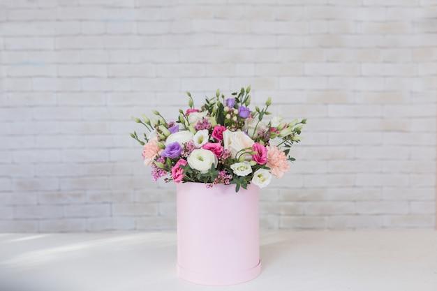 Bukiet różnych kwiatów na wakacje na białym stole