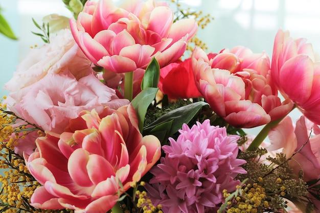 Bukiet różnych kwiatów, w tym tulipanów i mimozy
