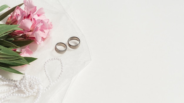 Bukiet różowi kwiaty obok ślubnego przygotowania z kopii przestrzenią