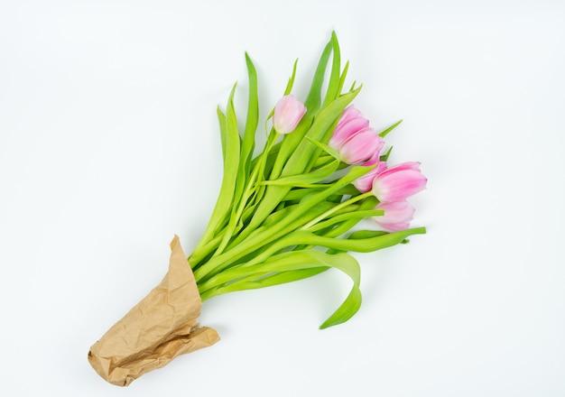 Bukiet różowi tulipany na białym tle. koncepcja wiosny.