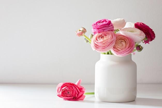 Bukiet różowo-białych kwiatów ranunculus