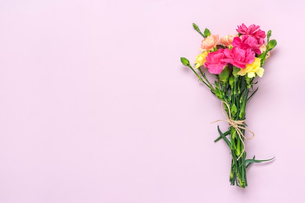Bukiet różowy kwiat goździka na różowym tle
