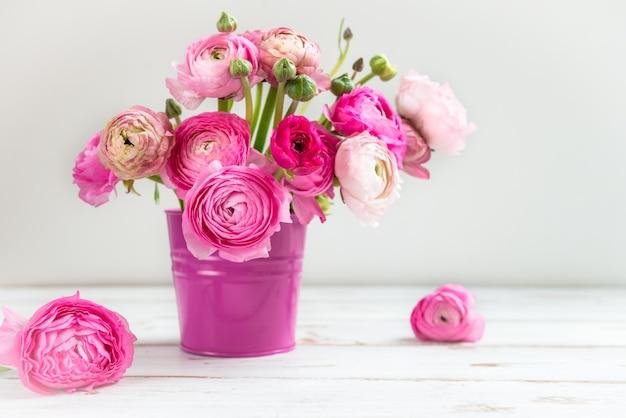 Bukiet różowy ranunculus, jaskier kwiaty