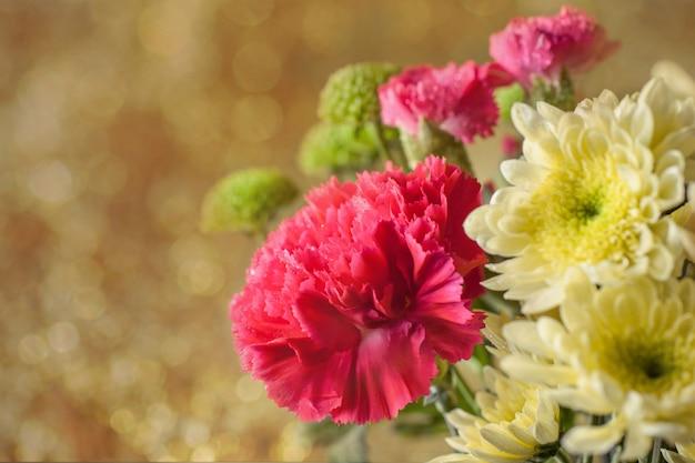 Bukiet różowych i żółtych kwiatów