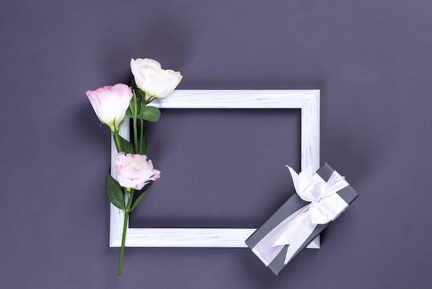 Bukiet różowych kwiatów eustoma z pudełkiem i ramką