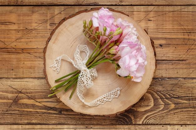Bukiet różowych kwiatów na drewnianym stole widok z góry