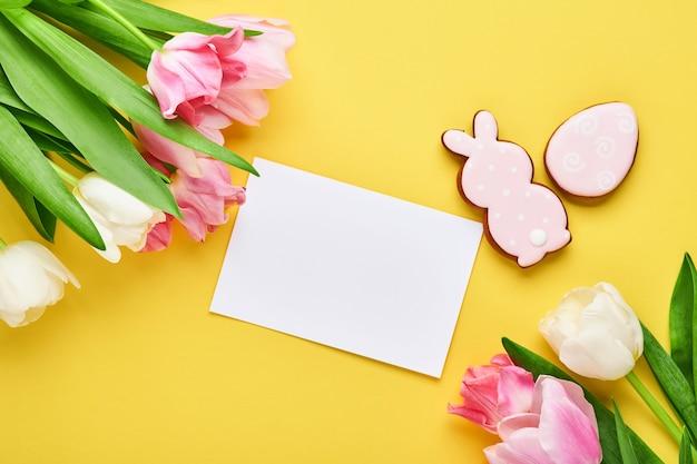 Bukiet różowych kwiatów tulipanów z przodu żółty