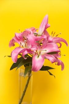 Bukiet różowych lilii w szklanym wazonie